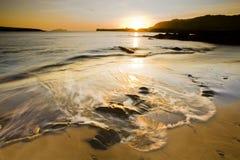 Ondulez le roulement sur la plage Image libre de droits