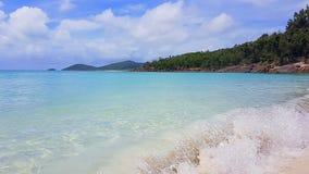 Ondulez sur la plage blanche de ciel l'île de Pentecôte dans l'Australie photo libre de droits