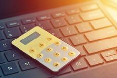 One-time ασφαλής κωδικός πρόσβασης, τραπεζικό σημείο Διαδικτύου Κλείστε επάνω των digipass στο πληκτρολόγιο υπολογιστών Στοκ Εικόνες