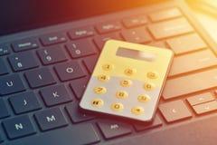 One-time ασφαλής κωδικός πρόσβασης, τραπεζικό σημείο Διαδικτύου Κλείστε επάνω των digipass στο πληκτρολόγιο υπολογιστών Στοκ φωτογραφία με δικαίωμα ελεύθερης χρήσης
