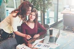One-on-one vergadering Twee jonge onderneemsters bespreken businessplan royalty-vrije stock afbeeldingen