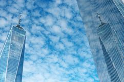 One World Trade Center ou Freedom Tower, réflexion de ciel bleu nuageux, New York, Etats-Unis image stock