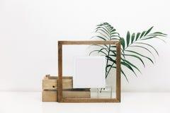 Onecht omhoog houten kader met groene tropische bladeren stock foto
