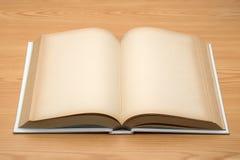 Onecht omhoog open boek op houten achtergrond Royalty-vrije Stock Fotografie