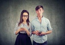 Oneerlijk paar die op elkaar spioneren stock foto