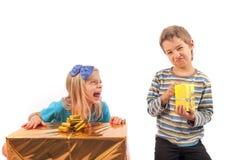 Oneerlijke gift die - siblings geven Stock Fotografie