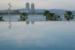 Oneindig zwembad in Barcelona stock foto's