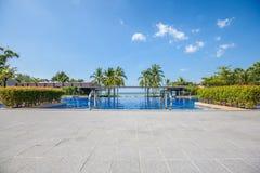 Oneindigheids blauwe pool openlucht royalty-vrije stock afbeeldingen