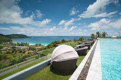 Oneindigheids zwembad en stoel met een mening over Phuket-Overzees Stock Afbeelding