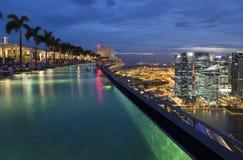 Oneindigheidspool bovenop Marina Bay Sands Hotel Stock Afbeelding