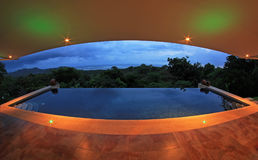 Oneindigheidspool van een luxehuis met mening van het regenwoud en het strand, fisheye perspectief, Costa Rica Stock Afbeelding