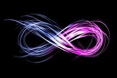 Oneindigheidsteken door neonlicht op een zwarte achtergrond wordt gecreeerd die Royalty-vrije Stock Foto