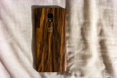 OnePlus智能手机的美好的木后面设计 免版税库存照片