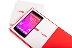 OnePlus ένα Smartphone με την αρχική συσκευασία που απομονώνεται στο άσπρο υπόβαθρο Στοκ Εικόνες