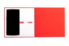 OnePlus один Smartphone с первоначально упаковкой изолированный на белой предпосылке Стоковое Изображение RF