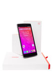 OnePlus один Smartphone с первоначально упаковкой изолированный на белой предпосылке Стоковое Изображение