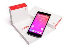 OnePlus ein Smartphone mit der ursprünglichen Verpackung lokalisiert auf weißem Hintergrund Lizenzfreies Stockfoto