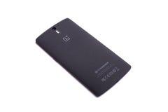 OnePlus un lato posteriore di Smartphone isolato su fondo bianco Immagine Stock
