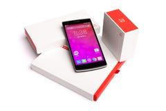 OnePlus uno Smartphone con l'imballaggio originale isolato su fondo bianco Immagine Stock Libera da Diritti