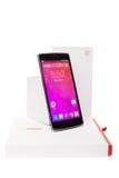 OnePlus uno Smartphone con l'imballaggio originale isolato su fondo bianco Immagine Stock