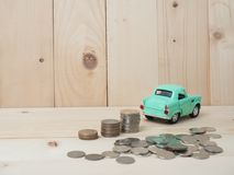 oney硬币堆积生长与在木背景的绿色汽车 Busi 免版税库存照片