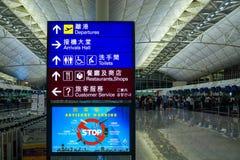 Ong孔国际机场终端1标志的登记处柜台方向 图库摄影