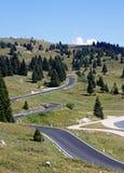 ONG y carretera con curvas por completo de curvas en los prados imagenes de archivo