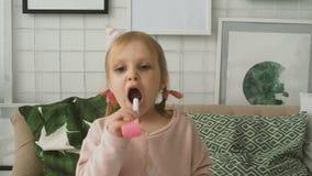Ongebreidelde vreugde van meisje stock video