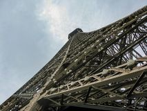 Ongebruikelijk kijk van de toren Parijs, Frankrijk van Eiffel stock afbeelding