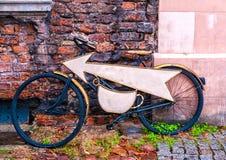 Ongebruikelijk koffieuithangbord op fiets Uithangbordwinkel of restaurant Royalty-vrije Stock Foto's