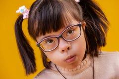 Ongebruikelijk mooi kind met kort haar die ogen hebben geheld royalty-vrije stock afbeelding
