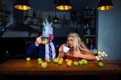 Ongebruikelijk paar bij de barteller in modieuze flats met voedsel en dranken royalty-vrije stock foto's