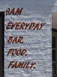 Ongebruikelijk teken, bar en voedsel stock afbeeldingen