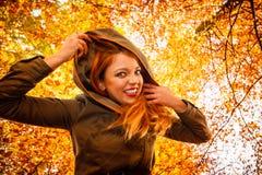 Ongebruikelijke hoek van jonge vrouw in de herfstpark royalty-vrije stock foto's