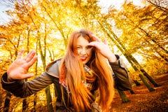 Ongebruikelijke hoek van jonge vrouw in de herfstpark stock afbeeldingen