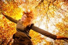Ongebruikelijke hoek van jonge vrouw in de herfstpark royalty-vrije stock foto