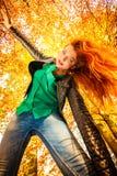 Ongebruikelijke hoek van jonge vrouw in de herfstpark stock foto's
