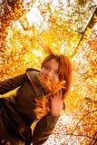 Ongebruikelijke hoek van jonge vrouw in de herfstpark royalty-vrije stock fotografie
