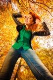 Ongebruikelijke hoek van jonge vrouw in de herfstpark royalty-vrije stock afbeelding