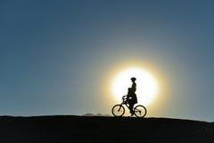 Ongebruikelijke jonge geitjes op fietsen Stock Foto's