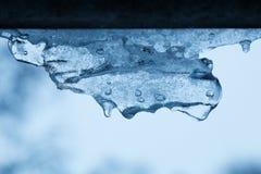 Ongebruikelijke krullende blauwe ijskegel op een witte blauwe achtergrond Royalty-vrije Stock Fotografie