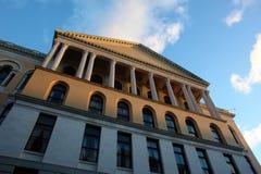 Ongebruikelijke mening van het Huis van de Staat van Massachusetts bij Zonsondergang Royalty-vrije Stock Afbeelding