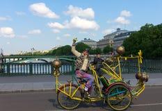 Ongebruikelijke oude mens met een snor op creatieve fiets in Parijs Stock Afbeelding