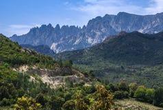 Ongebruikelijke Rinoceroshoorn gestalte gegeven pieken op een Corsicaanse Berg. Stock Afbeeldingen