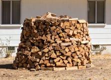 Ongebruikelijke stapel van brandhout Stock Fotografie