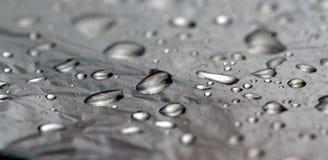 Ongebruikelijke zwart-wit achtergrond van kwik of waterdalingen royalty-vrije stock afbeeldingen