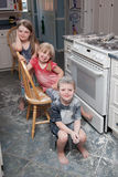 Ongehoorzame kinderen die in keuken maken knoeien Royalty-vrije Stock Fotografie