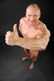 Ongeklede bodybuilderglimlachen en duimen omhoog Royalty-vrije Stock Fotografie