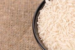 Ongekookte basmati rijst in een ceramische kom stock foto
