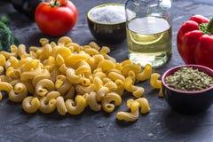 Ongekookte deegwarencavatappi met ingrediënten voor tomatensaus Concept de samenstelling van voedselontwerp royalty-vrije stock fotografie